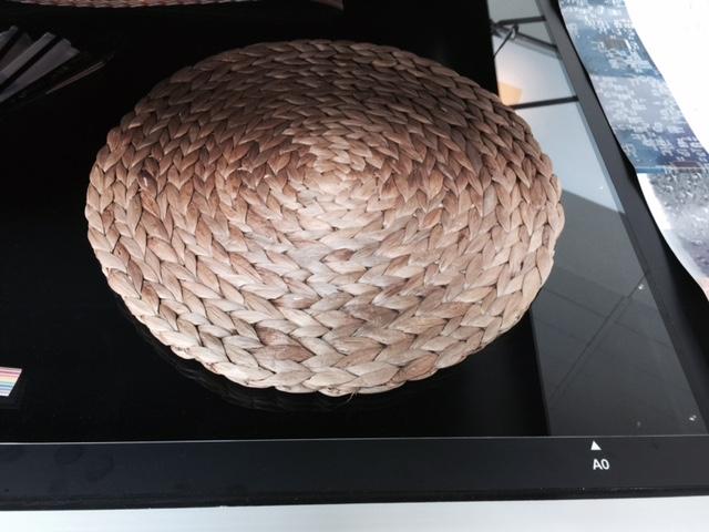 藤垫放於VersaScan 3650 [VS 3650型]玻璃之上以示范最新的V3D - 3维视觉图像功能